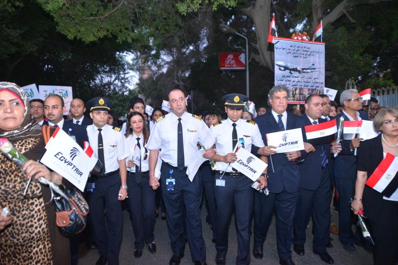 صورة وزير الطيران يشارك في مراسم تأبين ضحايا الطائرة المصرية المنكوبة