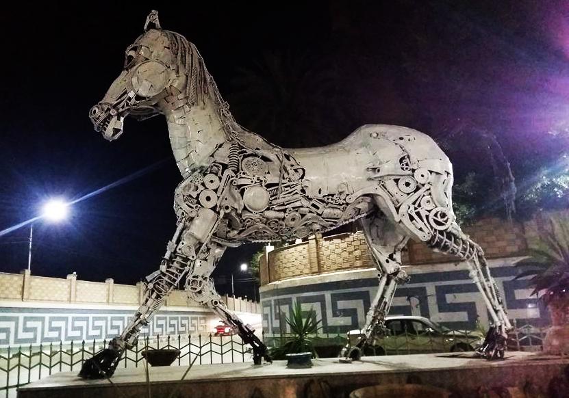 صورة غضب منفذ حصان الخردة بالزقازيق بعد تخريبه ودهانه باللون الأبيض والأسود من قبل المحافظة
