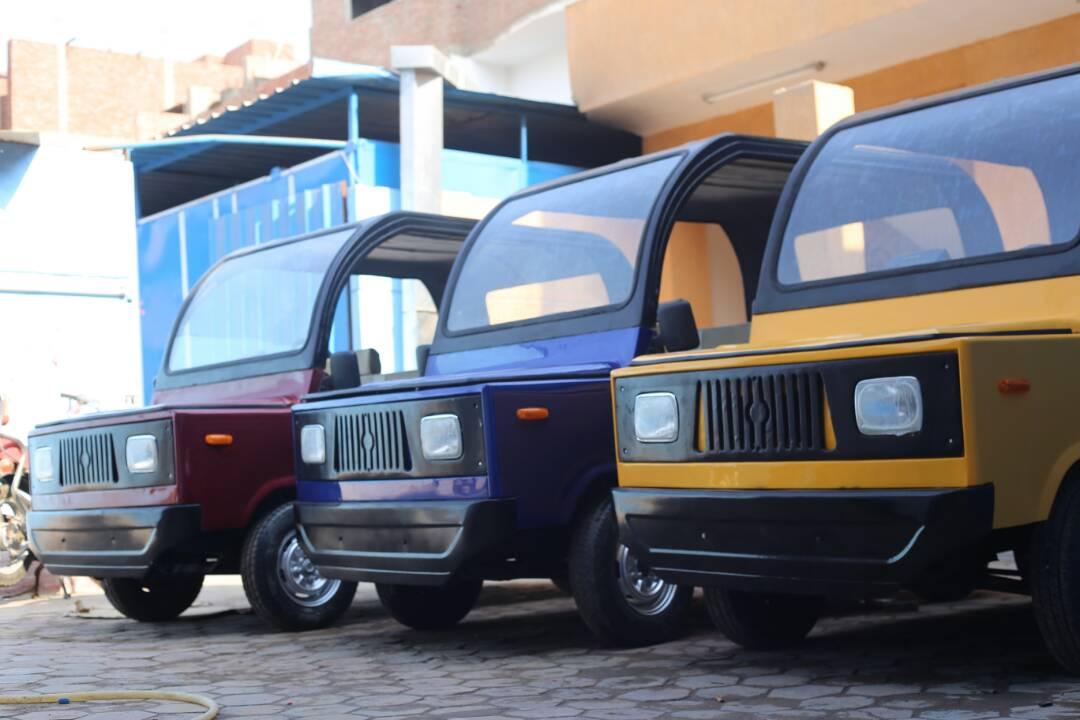 صورة شابان ينفذان أول سيارة مصرية..تكلفتها 30 ألف وصنعوا منها 6 قطع جاهزة للبيع