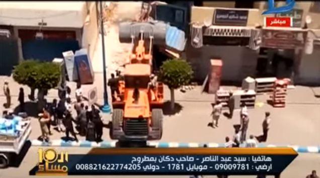 صورة بالفيديو.. مواطن يصاب بالشلل بعد إزالة محل خاص به بمطروح