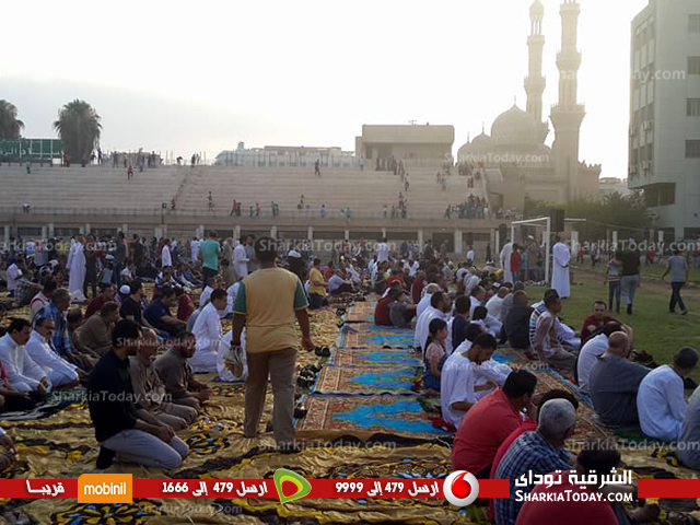 يؤدون صلاة العيد باستاد الزقازيق 4 1