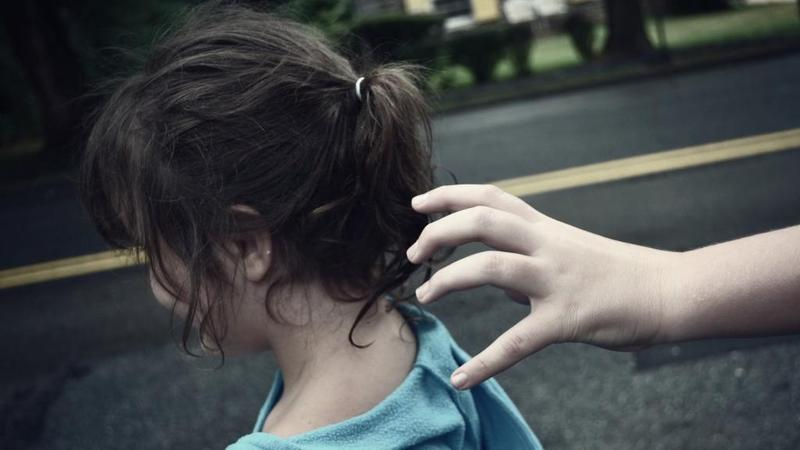 صورة تسليم طفلة لوالدتها بعد قيام والدها بخطفها بالزقازيق
