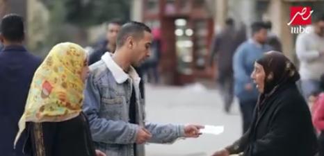 صورة كلمات مؤلمة في ورقة تحملها سيدة عجوز.. وهذا رد فعل المصريين في «الصدمة 2»