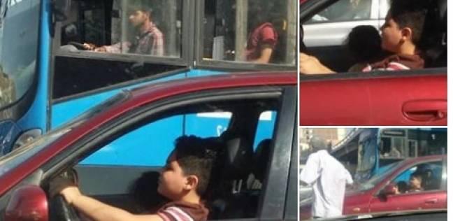 صورة تداول صورة لطفل يقود سيارة بالقاهرة .. ورواد التواصل الاجتماعي : ذنبنا إيه