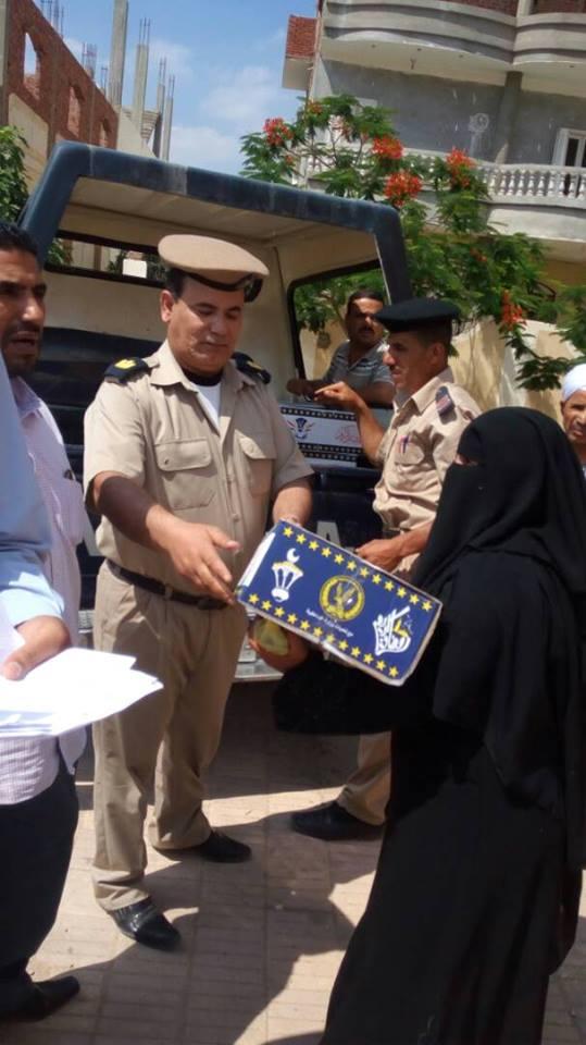 صورة أمن الشرقية يوزع كرتونة رمضان على المواطنين في 3 مراكز بالمحافظة