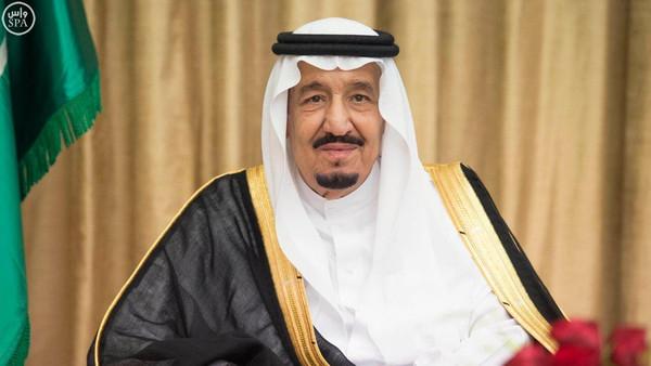 صورة الملك سلمان يثير جدل رواد التواصل بسبب تقديمه حلوى لطفل