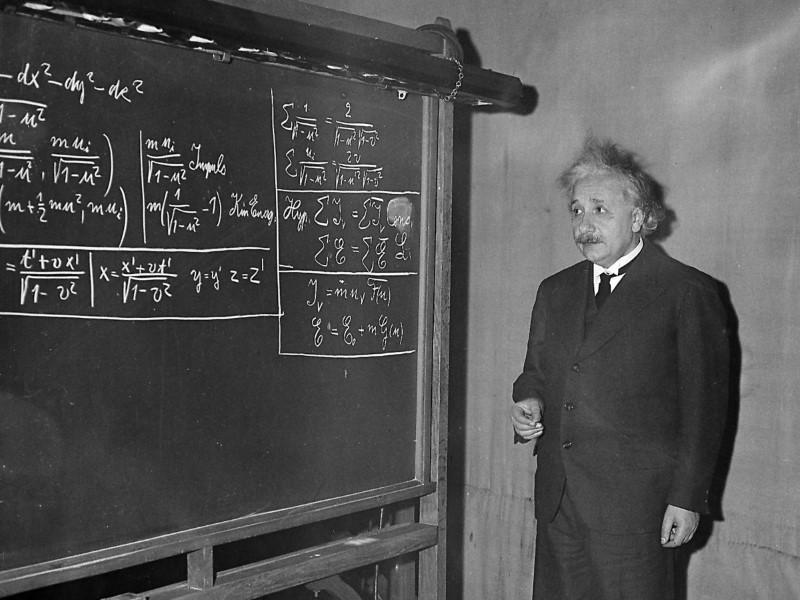 صورة رفض رئاسة إسرائيل وتنازل عن جائزة نوبل لزوجته.. معلومات لاتعرفها عن حياة إينشتاين