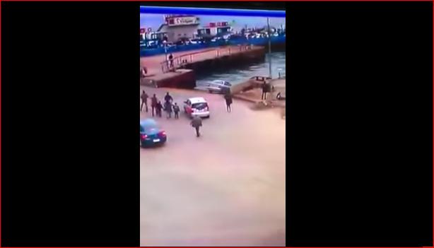 صورة لحظة سقوط سيارة داخل مياه قناة السويس في بورسعيد