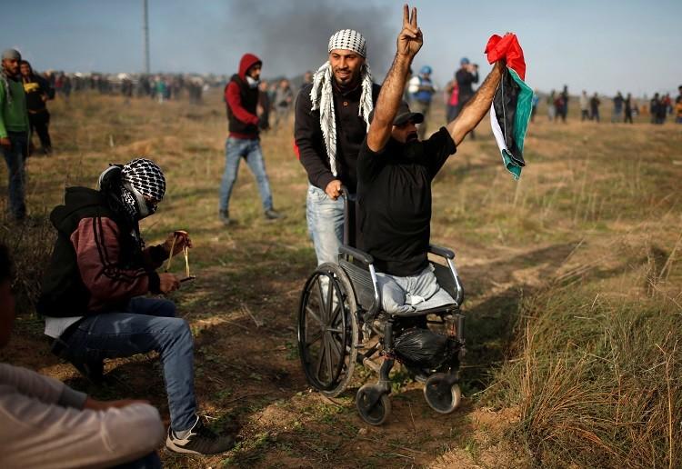 صورة لحظة مقتل فلسطيني مبتور القدمين برصاص الجيش الإسرائيلي