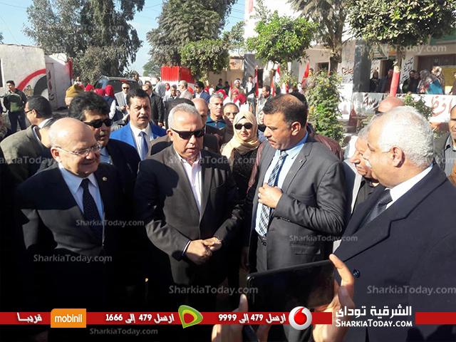 صورة محافظ الشرقية ورئيس جامعة الزقازيق يتفقدان القافلة التنموية بقرية القراقرة بمنيا القمح