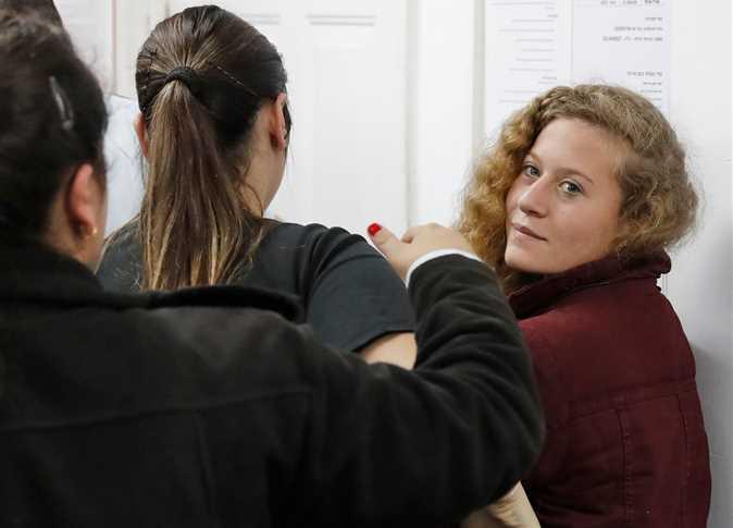 صورة والد عهد التميمي يعلق على اعتقالها من المحكمة الإسرائيلية