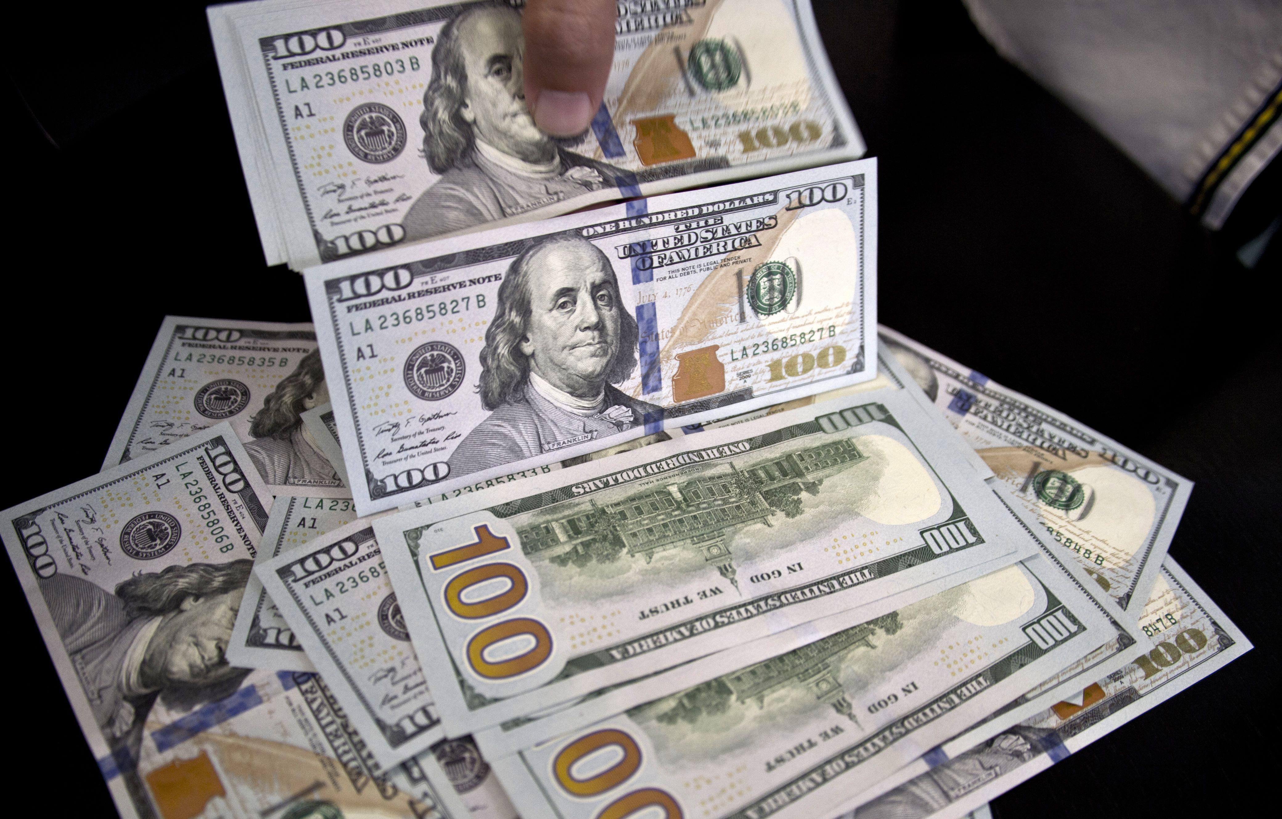 صورة الدولار يتراجع في هذه البنوك
