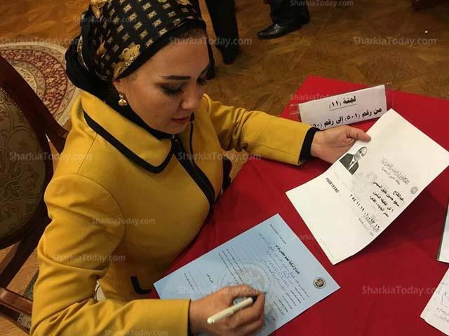 صورة نائبة الشرقية «زينب سالم» توقع استمارةتزكىة السيسي للانتخابات الرئاسية