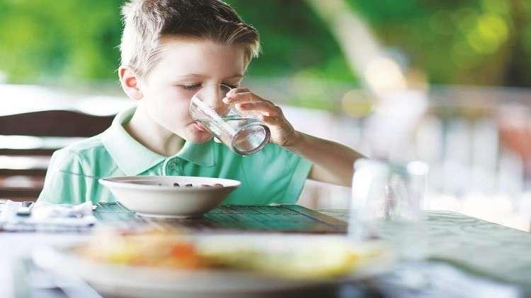 صورة تناول مشروبات باردة مع أو بعد الطعام مضر جداً