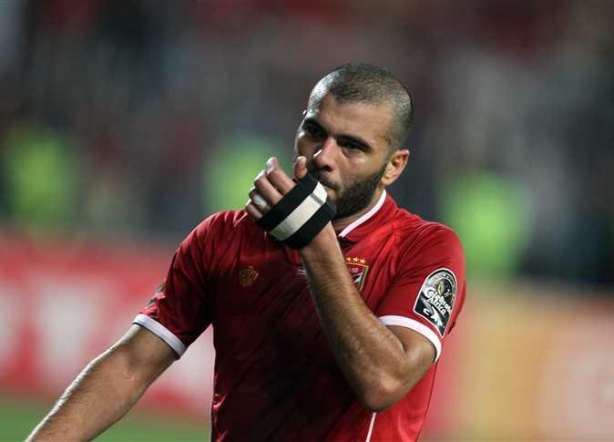 صورة لحظة توقيع عماد متعب لعقد انتقاله للتعاون السعودي