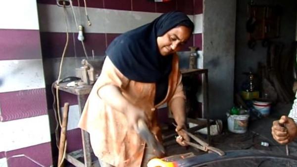 صورة فتاة شرقاوية تعمل بالحدادة وترفض الزواج من أجل مهنتها