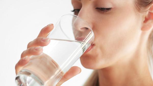 الإفراط في شرب الماء يسبب التسمم والوفاة