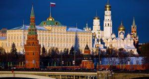 """قال المتحدث الصحفي باسم قصر الكرملين ، دميتري بيسكوف، إن موسكو لا تدعم """"دبلوماسية تويتر"""" ولا تنصح السلطات الأمريكية بتأزيم الموقف في سوريا. وعلق بيسكوف على تهديدات الرئيس الأمريكي، دونالد ترامب قائلًا: """"نحن أنصار النهج الجاد. على الأقل نعتقد أنه من المهم عدم القيام بأي خطوات من شأنها أن تضر بوضع هش بالفعل""""، بحسب وكالة """"نوفوستي"""" الروسية. وأكد بيسكوف أن الولايات المتحدة تحاول استخدام حجة وهمية لضرب سوريا، كان ترامب قد كتب على حسابه بموقع التدوينات القصيرة """"تويتر"""" ان روسيا عليها الاستعداد لإسقاط الصواريخ التي سيتم إطلاقها على سوريا قريبًا، واصفًا صواريخ بلاده بـ""""الرائعة والذكية"""". وتتهم الولايات المتحدة وعدد من الدول الغربية الحكومة السورية بتنفيذ هجوم كيميائي مزعوم في منطقة الغوطة الشرقية بمدينة دوما، أسفر عن مقتل 60 قتيلًا وهو ما تنفيه كل من موسكو ودمشق."""