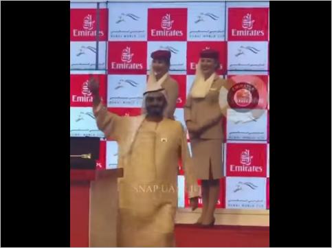 صورة حاكم دبي يرقص فرحاً بعد فوز جواده بكأس دبي العالمي للخيول