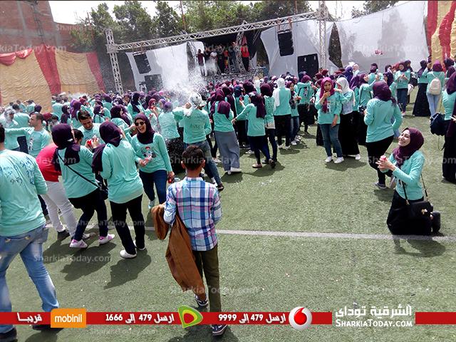 صورة طلاب كلية العلوم بجامعة الزقازيق يحتفلون بالفان داي