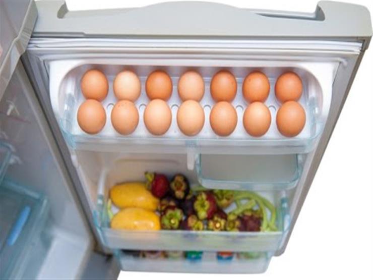 صورة وضع البيض في باب الثلاجة يعرضك لأخطار صحية