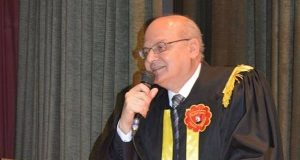 رئيس جامعة الزقازيق يصرف مكافأة رمضان