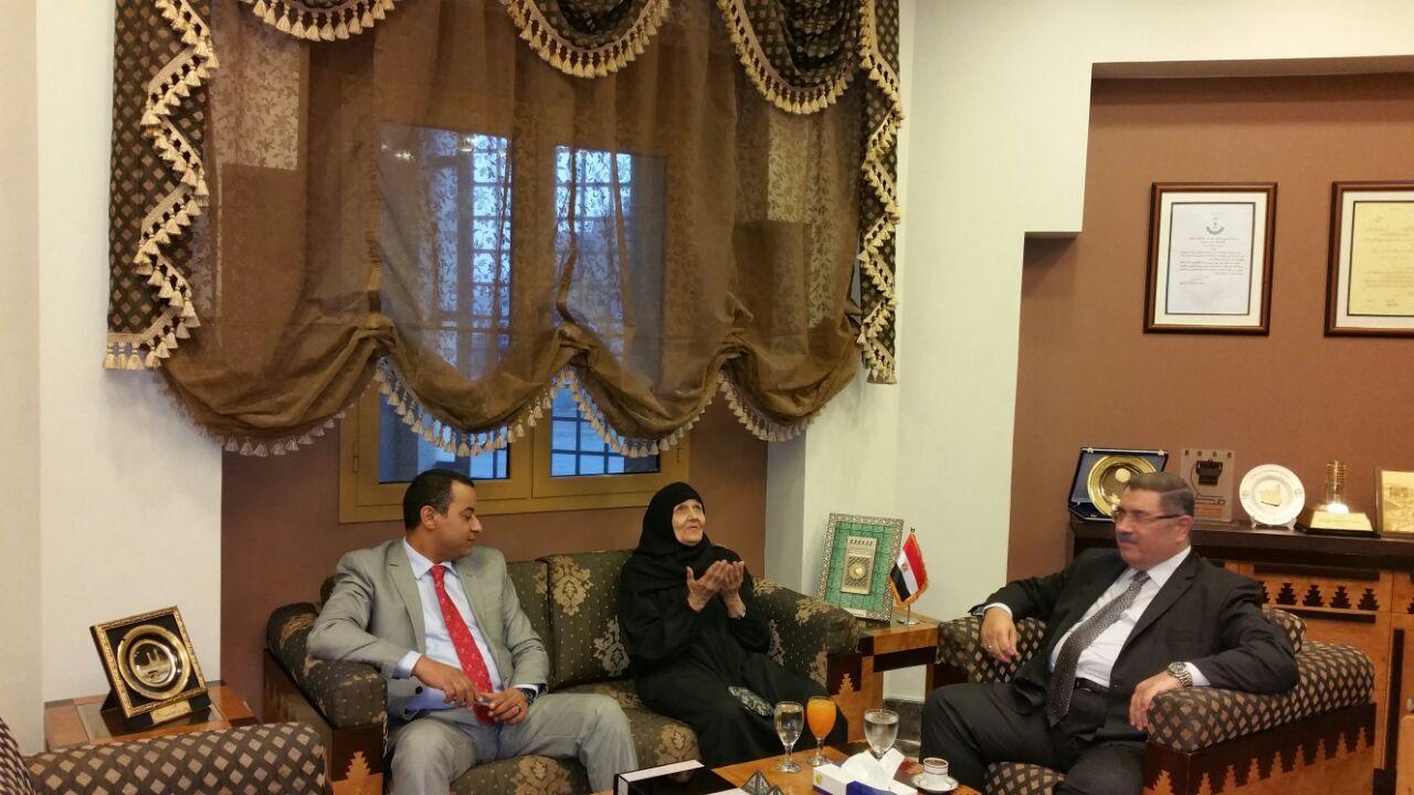 صورة بعد الإفراج عنها.. الحاجة سعدية تزور القنصلية المصرية