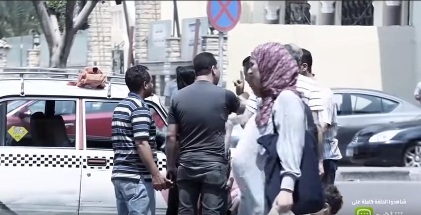 صورة سائق تاكسي جشع يحاول استغلال سيدة.. شاهد رد فعل المصريين