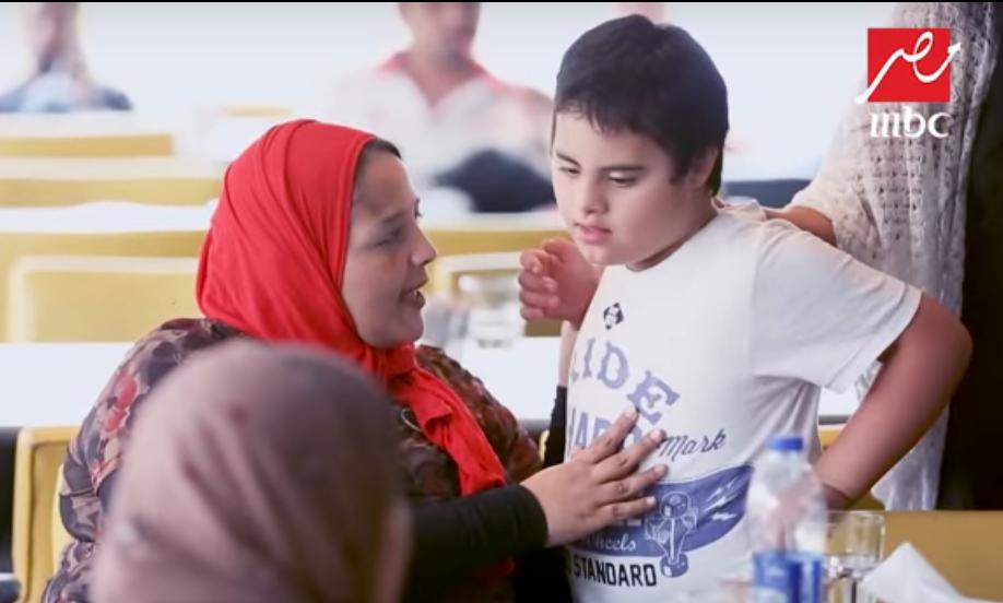صورة سيدة تحرج طفل من ذوي القدرات الخاصة في الصدمة.. شاهد ردود فعل المصريين