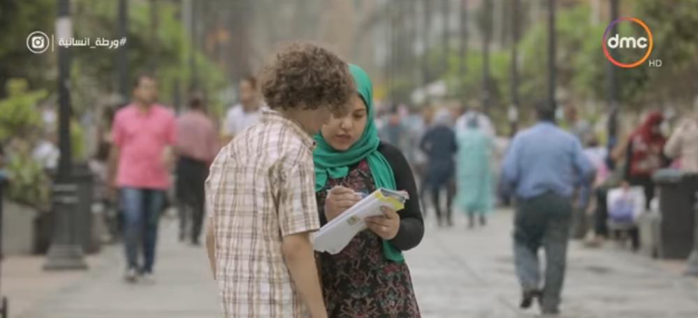 صورة طفل يطلب من المارة تعليمه القراءة والكتابة في ورطة إنسانية.. شاهد رد فعل المصريين
