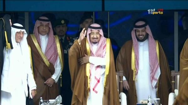 صورة ملك السعودية يتفاعل مع غناء محمد عبده في ملعب الجوهرة