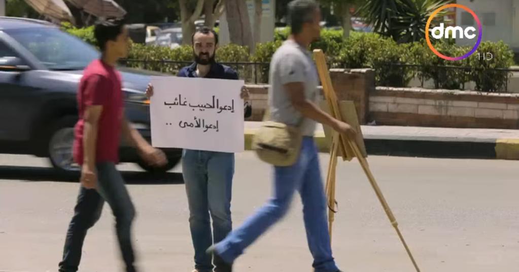 صورة شاب يطالب المارة بالدعاء لوالدته المتوفية.. شاهد ردود فعل المصريين في ورطة إنسانية