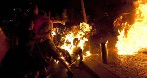 طالب يشعل النار بزميله لخلاف علي كرسي في مقهي بأبو حماد