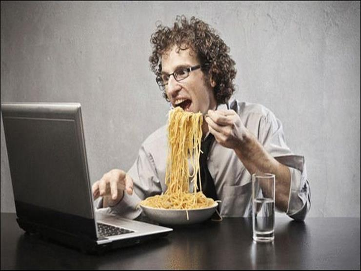 صورة هذه الأطعمة تسبب الإرهاق وقلة الإنتاج في العمل