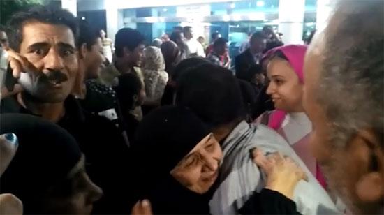 صورة الحاجة سعدية ضحية العمرة المزيفة تصل مطار القاهرة
