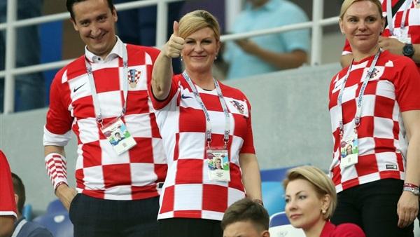 صورة رئيسة كرواتيا ترقص مع لاعبي منتخب بلادها بعد الفوز على روسيا