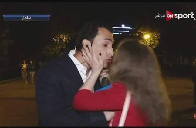 زوجة مراسل أون سبورت تعلق على قبلة المشجعة
