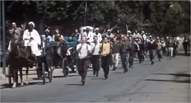 صورة كيكي زمان .. فريق محمد رضا الاستعراضي أول من رقص بجوار السيارات