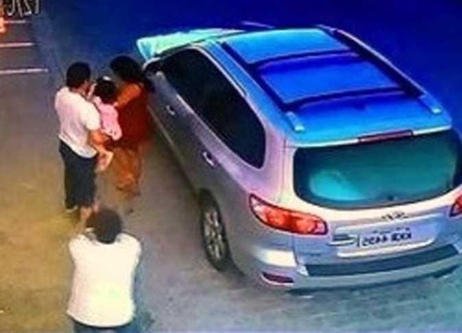 صورة لحظة اغتيال محامي شهير على يد مجهول أمام زوجته وابنته