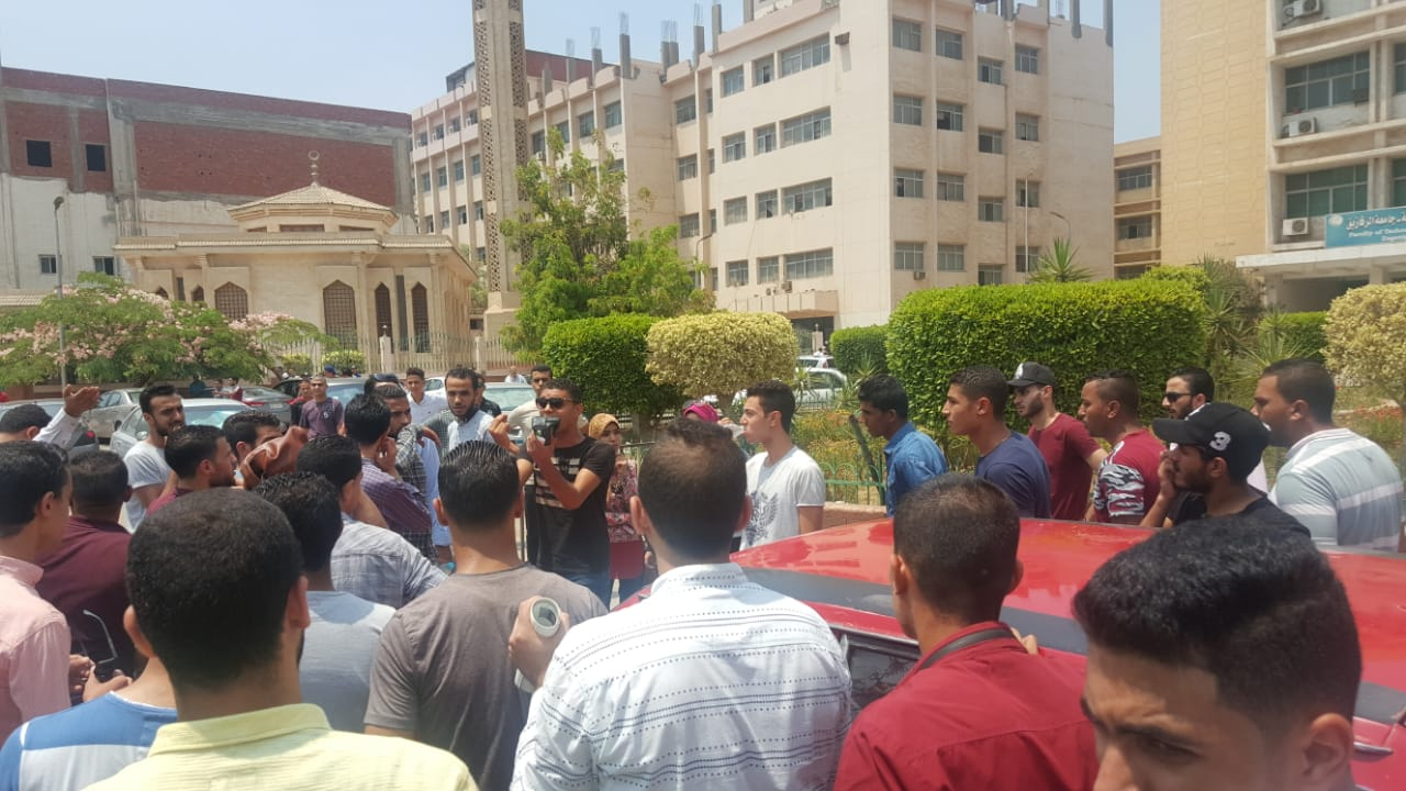 صورة وقفة احتجاجية لطلاب تجارة جامعة الزقازيق بسبب خطأ فى النتيجة