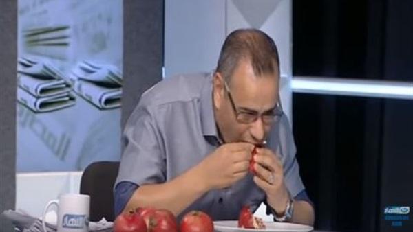 صورة جابر القرموطي يظهر بطبق رمان على الهواء لهذا السبب