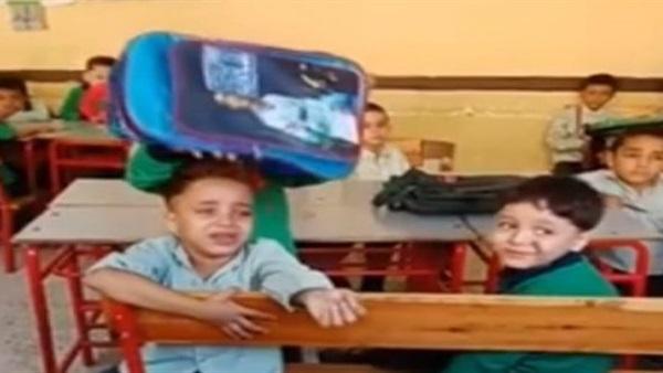 صورة عم الطفل الباكى بسبب النوم فى المدرسة يكشف تفاصيل وسبب الواقعة