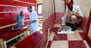 مدير مدرسة بالشرقية ينظف ويغسل الفصول استعداداً لاستقبال الطلاب