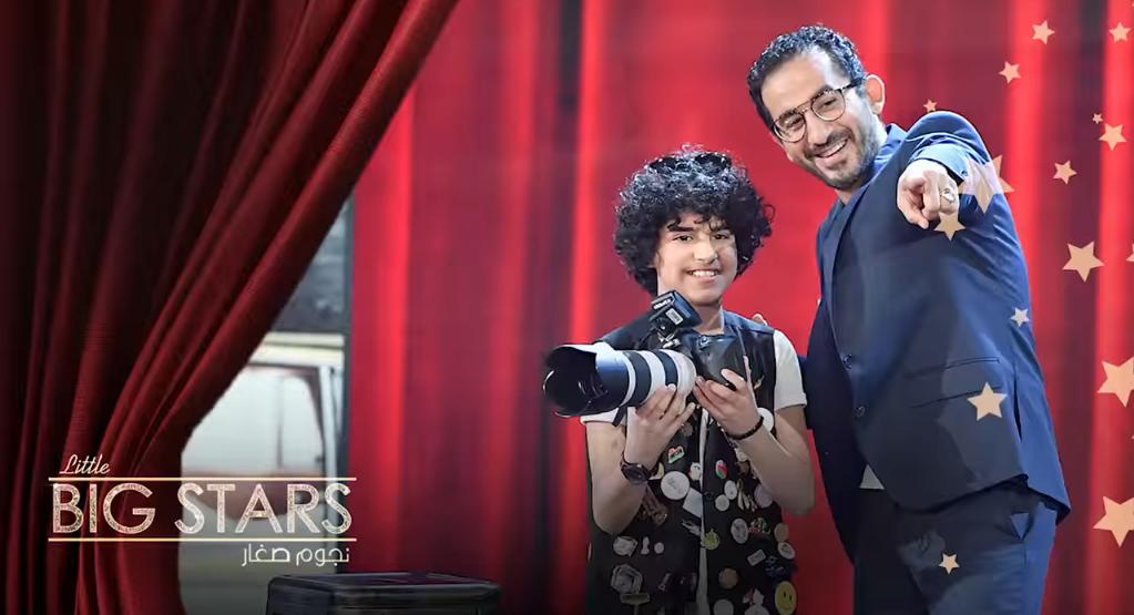 صورة أصغر مصور عربي يقوم بعمل فوتو سيشن لأحمد حلمي على الهواء