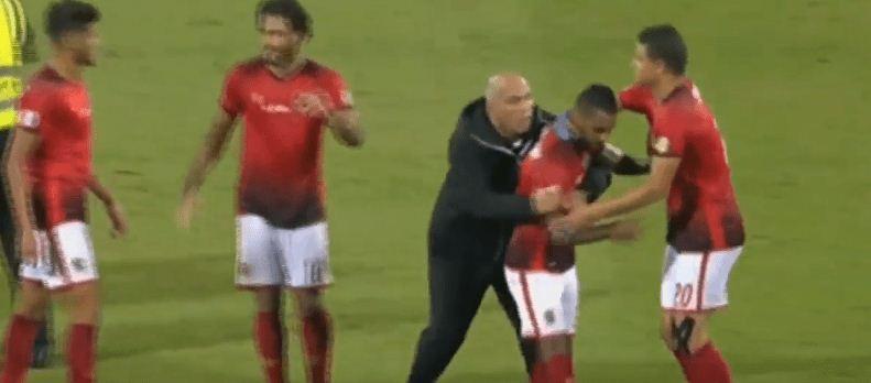 صورة فريق الأهلي يشتبك مع حكم مباراة الوصل.. وطرد حسام عاشور