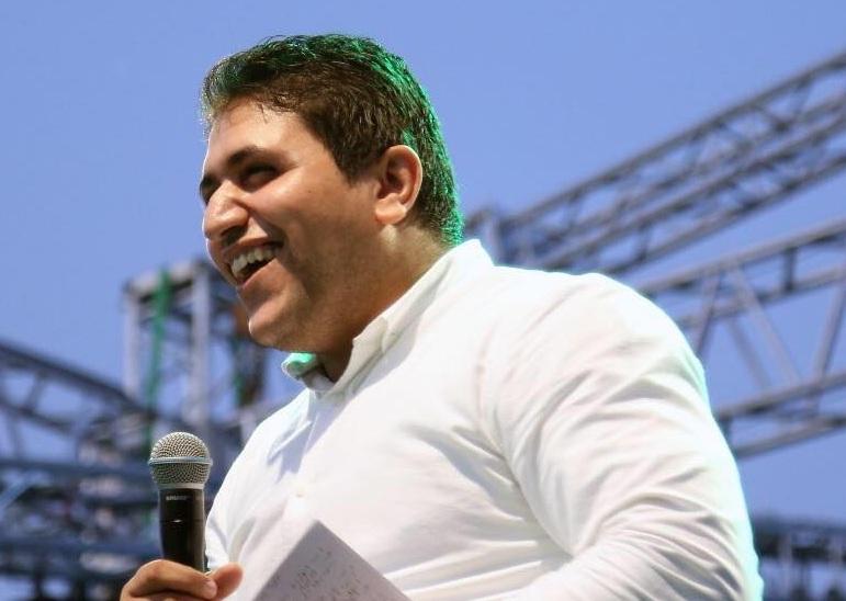 صورة مذيع الشارع يشارك بيومي فؤاد في مسلسل «حشمت في الأبيض»