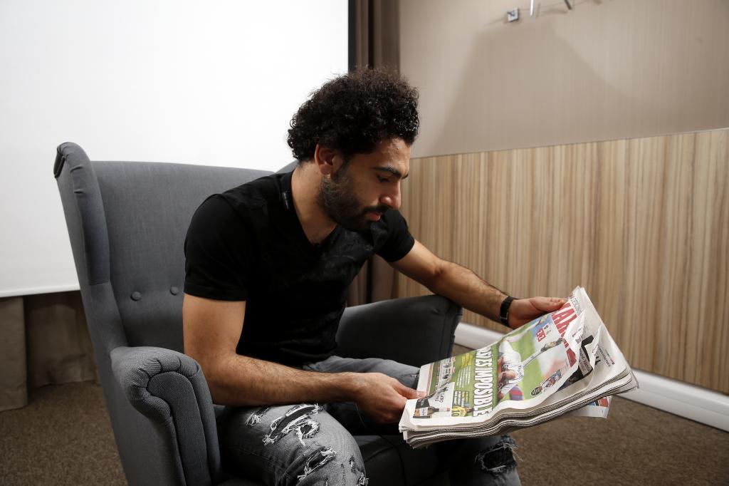 صورة محمد صلاح يقرأ هذه الرواية للراحل نجيب محفوظ