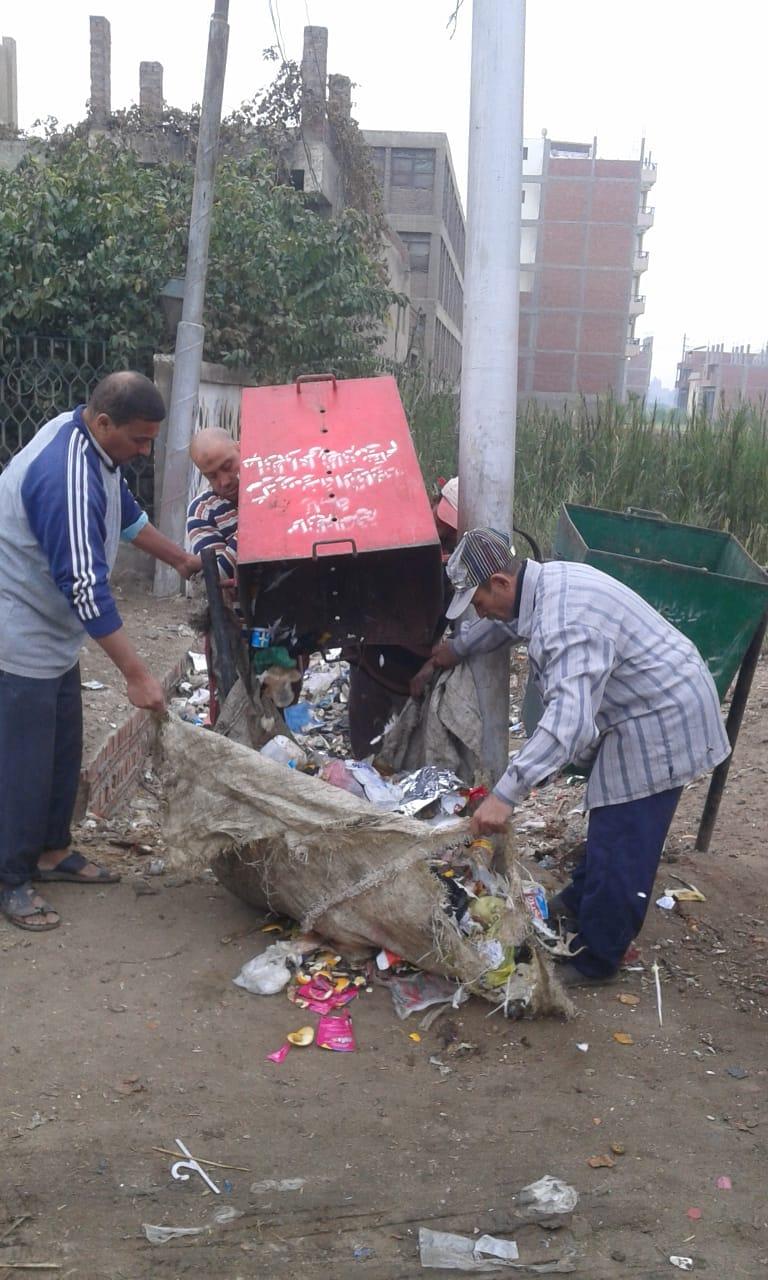 صورة إزالة القمامة وتغيير لمبات الأعمدة ودهان البلدورات بمركز الزقازيق