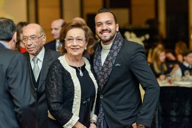 صورة خبير مجوهرات يكشف قيمة الألماس في قلادة سوزان مبارك