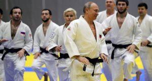 عمرو أديب يسخر من لعب الرئيس الروسي للجودو